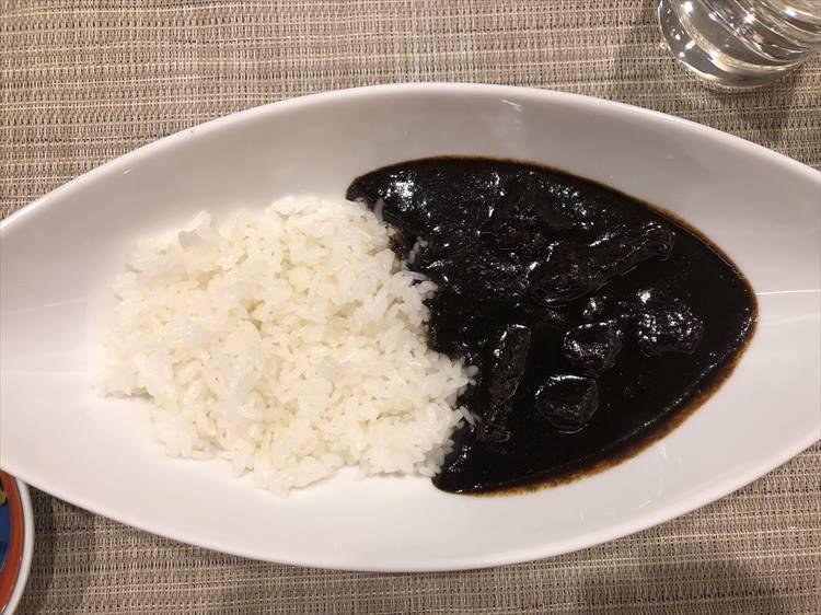 〆のご飯は、ガーリックライスか「黒カレー」から選べます。ツルハラは、シメに黒カレーをオーダーしました。甘さの後にスパイシーな辛さがやってくるのがクセになります!