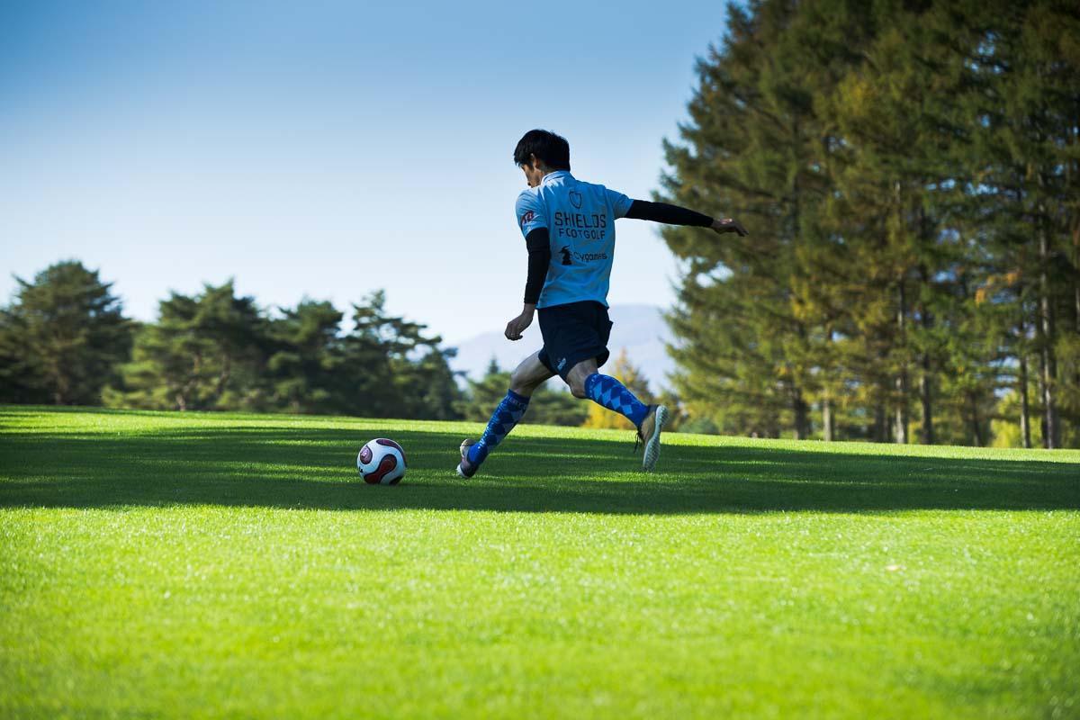 各ホールのヤード数や、ホールの傾斜などを読みながら、ボールを蹴る強さ、方向性をコントロールする。