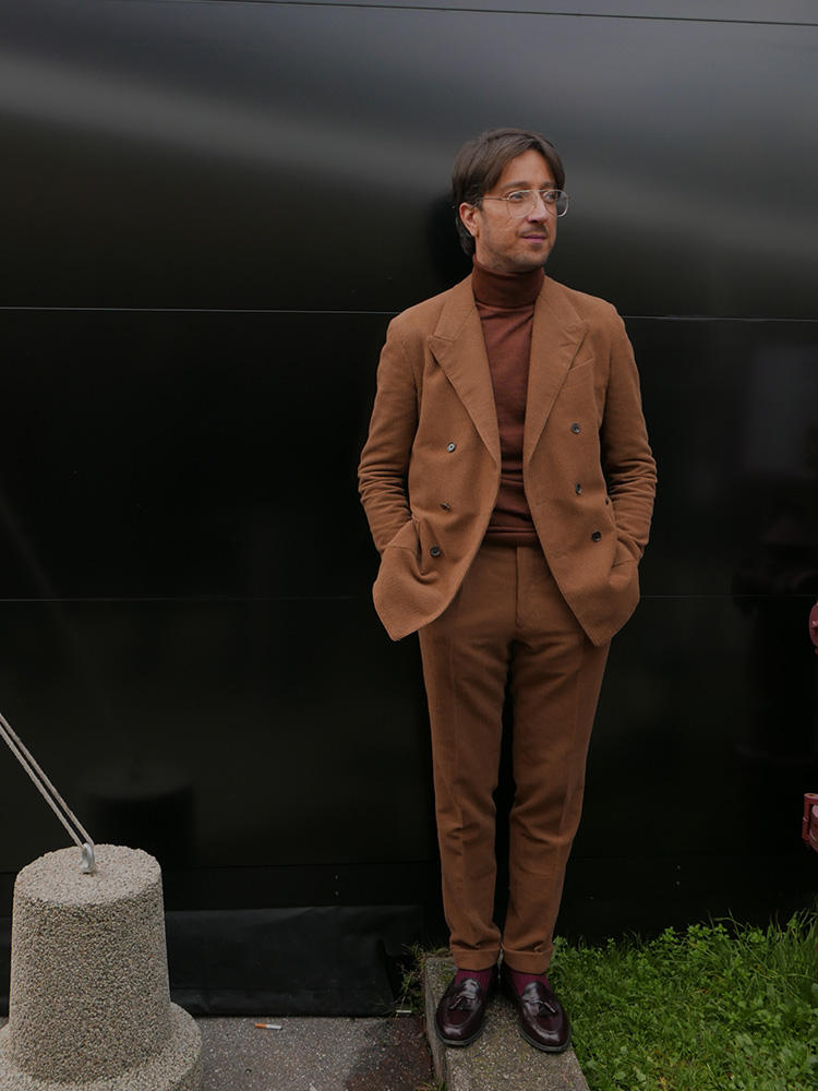 フリーランスでPRをしている、アレッサンドロ・アガッツィさん。明るめのブラウンスーツは、カモシタ ユナイテッドアローズのもの。中のタートルも靴も、オールブラウンの濃淡でまとめたのがカッコいい。