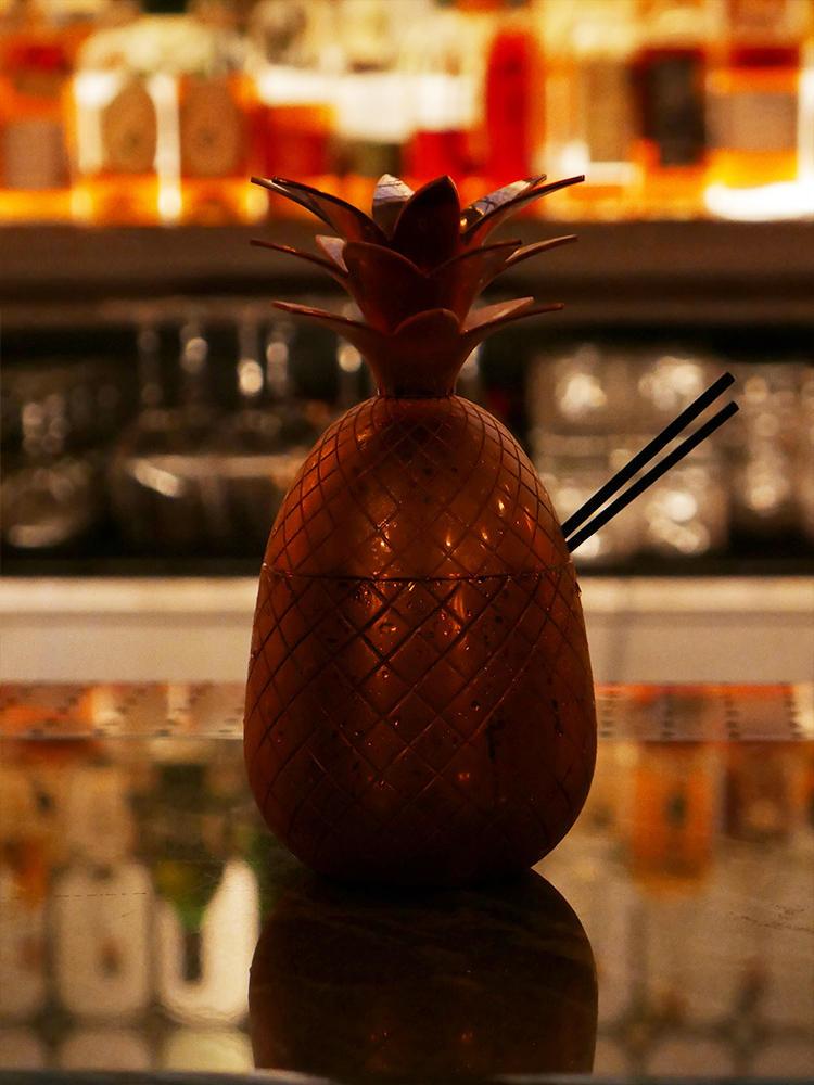 パイナップルの形のカップに入ったカクテルは、2人用。