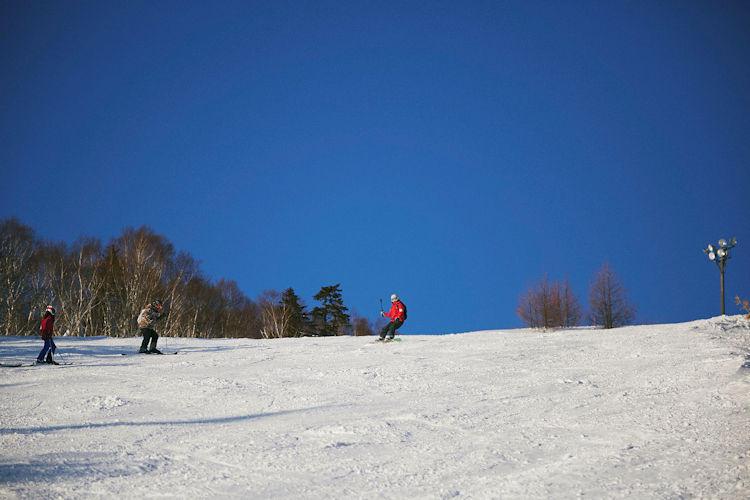 3月の北海道は、極寒シーズンを抜けて気温も少し暖かに。晴天の日には、山頂から絶景を眺めつつ一気に滑りおりて……