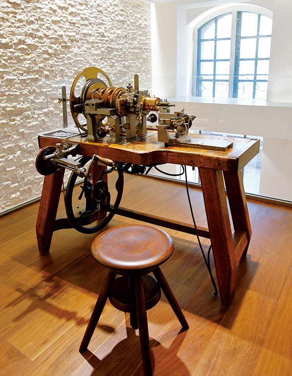 ブレゲの時計造りには欠かせない、ギヨシェ文字盤を作るための、昔の手動ギヨシャージュマシンも展示されていた。