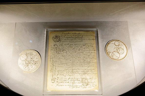 フランス革命の影響が残る1793年にブレゲがスイスに戻って時計造りを継続するために、パスポートを申請したときのレター。その左右にあるのは、輪列の配置を考えたときのアイデアスケッチ。