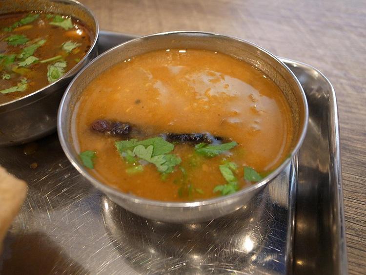 ラッサムと双璧をなす、定食のレギュラーメンバー、サンバル。野菜のスパイシースープ。