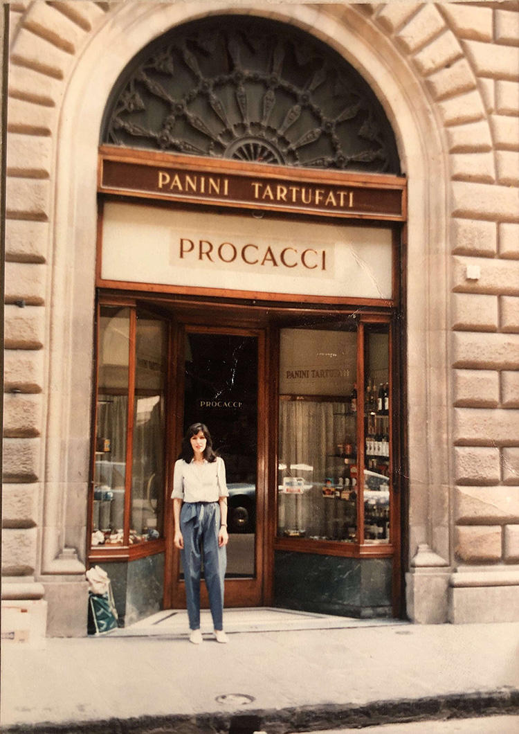 My mother in front of the famed Procacci, in the early 1970's.1970年代、フィレンツェの有名なバー「プロカッチ」の店の前に佇む母。
