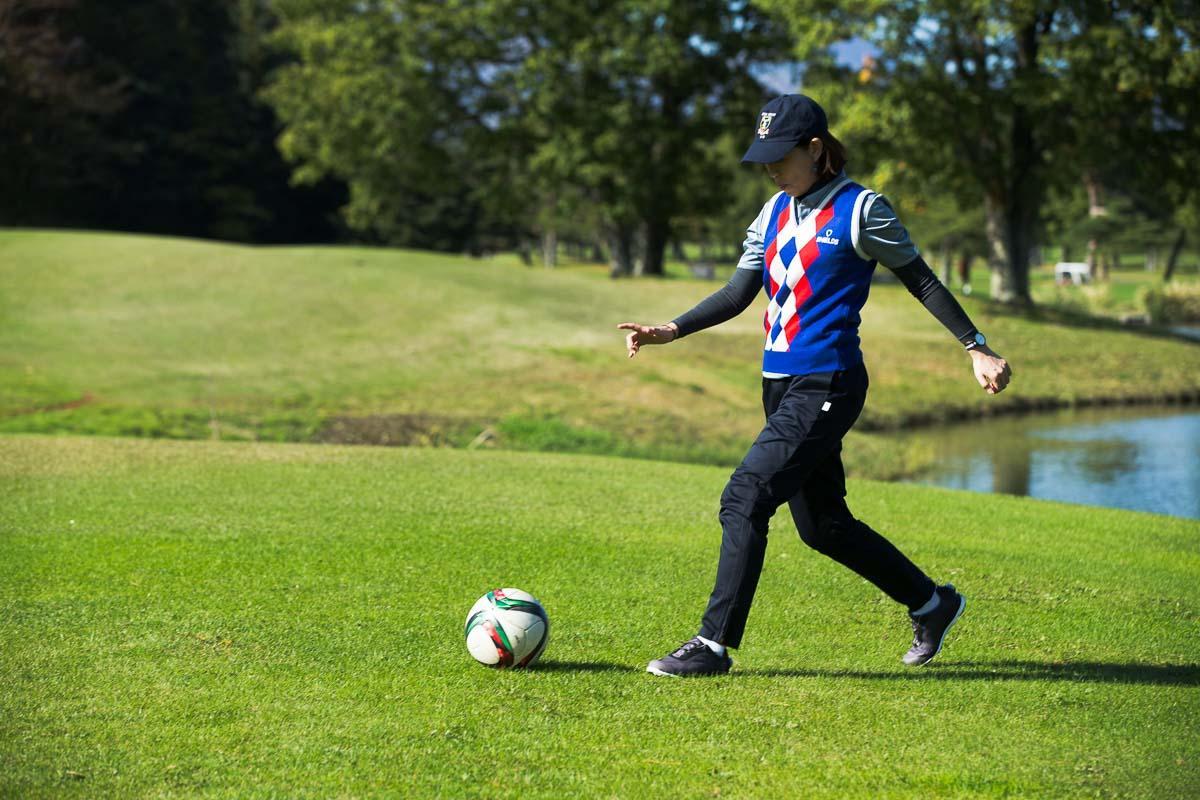 サッカーはほぼ未経験者、MEN'S EX ONLINE編集長・平澤もトライしてみた。(ボールは全然上がらず……)