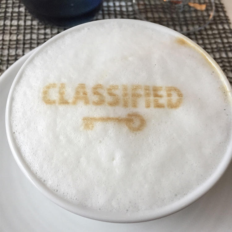 食後のカフェラテも、「CLASSIFIED」のロゴがミルクフォームに。