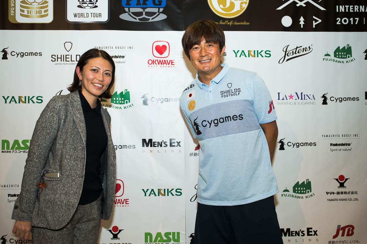 岩本選手と、スポンサーウォールの前で記念撮影! 実はMEN'S EXの愛読者でもある!