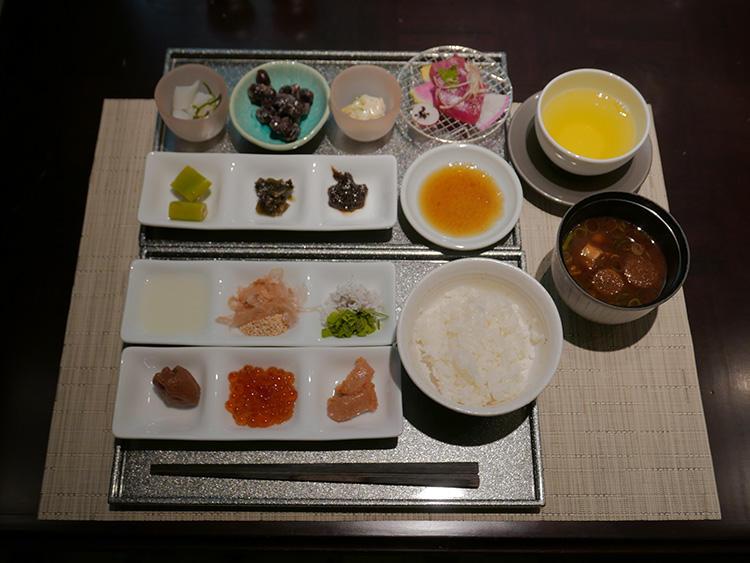 これが、平澤が選んだ「究極の朝食」ラインナップ。普段は洋食派だが、あつあつ白米とご飯のおかずに魅了されて小皿にたくさんとってきました!