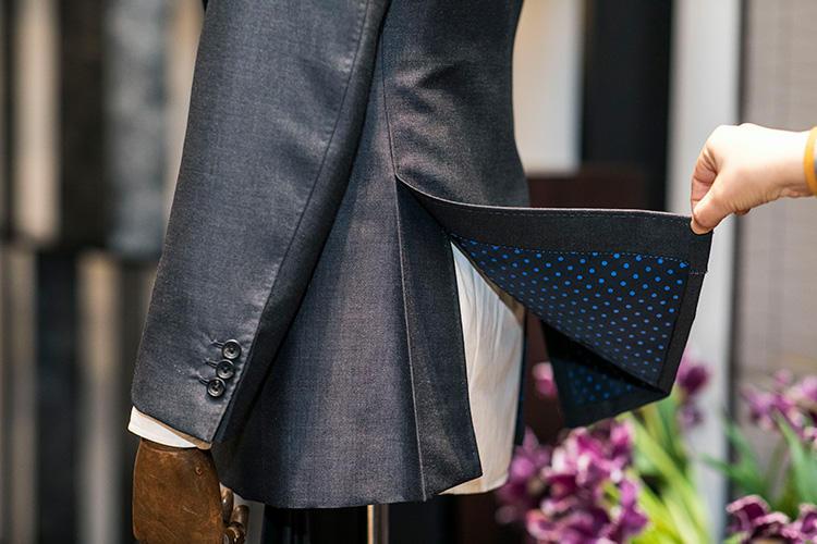 ベンツをめくってみると、後ろの生地にはしっかりと折り目をつけてある。これによってベンツがよれたりせず、すっきりと美しい後ろ姿が完成。表面の生地はかなりクラシックでありながら、普段は見えない部分の裏地に遊びを入れる提案も鈴木さん流。