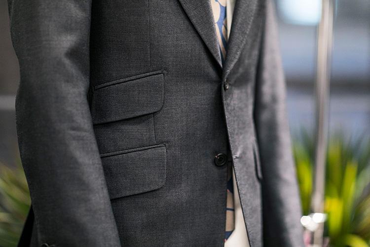 チェンジポケットなども位置が高くフラップも太めでインパクトがある。