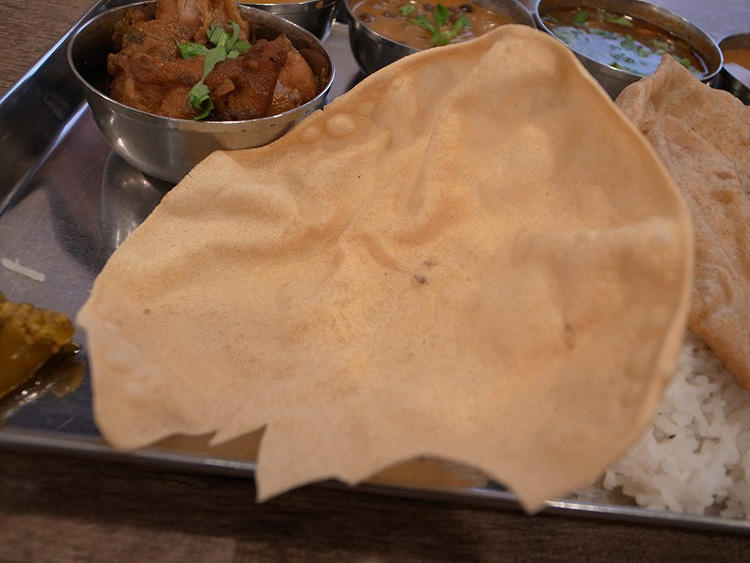 インド的せんべい、パパド。そのままかじっても、細かく割ってライスにふりかけても。