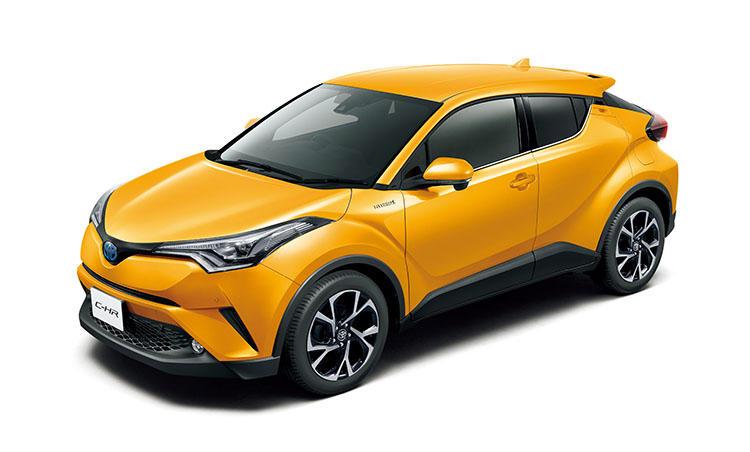 <strong>トヨタ C-HR<br />251万6400円〜</strong><br />トヨタが加熱する人気カテゴリーに投入したコンパクトSUV。サイズは小さくてもファミリーカーとして必要十分に使える機能性を持ち、安全機能も万全。ガソリン、ハイブリッドが用意されているが、どちらも400万円以下で購入可能。環境・経済性も◎。