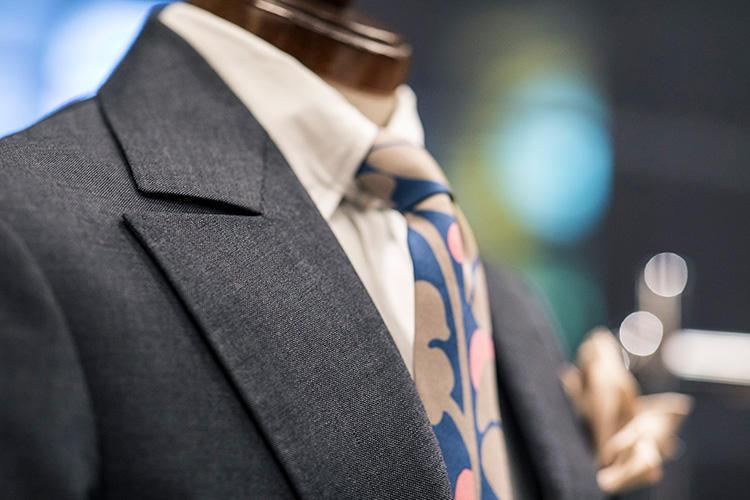 「フィッシュマウス」という名の通り、魚の口が開いたようなラペルの形は、フランスのスーツらしい特徴。フィッシュマウスに対し、グッと下がったゴージの傾斜もインパクト大。襟元の存在感が出る。