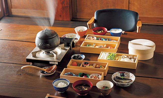 <span style=font-size:1.1em;><strong>里山十帖</strong></span><br /><br /><strong>起き抜けの胃袋にしみる地元・新潟の山海の幸</strong><br />「日本のローカルガストロノミーを牽引する宿。失われつつある新潟の伝統野菜や発酵料理を積極的に提供しています」。SANABURI朝食では、日本海産の鰯の生姜煮や彩り野菜たっぷりの野菜鍋、南魚沼産コシヒカリなど、地元の海の幸・山の幸を堪能できる。<br />住所:新潟県南魚沼市大沢1209-6/TEL:025-783-6777