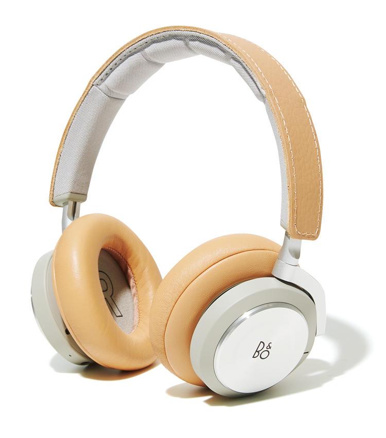 <strong>うるさくて寝付けない</strong><br /><span style=font-size:1.1em;><strong>⇒ジェットエンジンの低周波音もシャットアウト</strong></span><br /><br /><strong>B&O PLAYのBeoplay H9i</strong><br />機内の周期的なノイズを打ち消すノイズキャンセリングヘッドフォン。何も聴かず、ただ静寂性を求めての装用も大いにアリ。ジェットエンジンの音に悩まされることなく快適な空の旅に。<br /><span style='font-size:0.8em;'>実勢価格5万5000円前後(完実電気)</span>