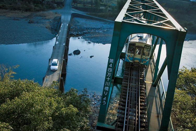 <strong>【四国エリア】</strong><br /><span style='font-size:1.2em;'><strong>高知・四万十</strong></span><br /><br />「少し変わった日本の風景を楽しむのであれば、四万十エリアがオススメ。川沿いを巡るだけでも、様々な風景と出会える。有名なのは沈下橋。またお遍路さんの順路で走ってみるのも一興だ。のんびり走りたい」