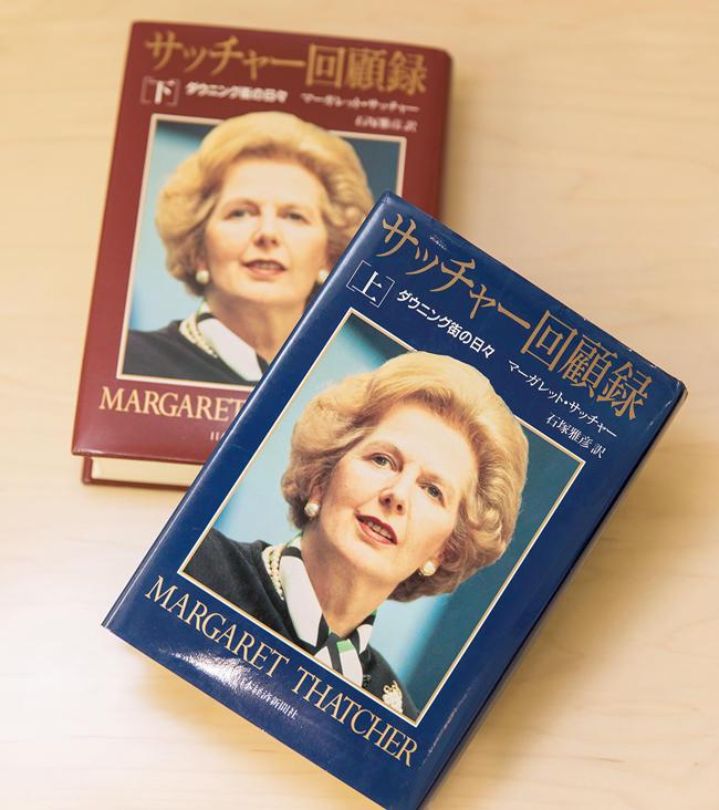<strong>『サッチャー回顧録 ダウニング街の日々』上・下 / マーガレット・サッチャー</strong><br />野原氏が30代の頃に読みふけった人文・社会科学系の一冊。共産主義の破綻、ソ連・東欧圏の崩壊、世界的な市場経済への転換—歴史の大変化の中で、英国の首相として新自由主義を貫き、国内外の問題に勇猛果敢に取り組んだ「鉄の女」による自伝。