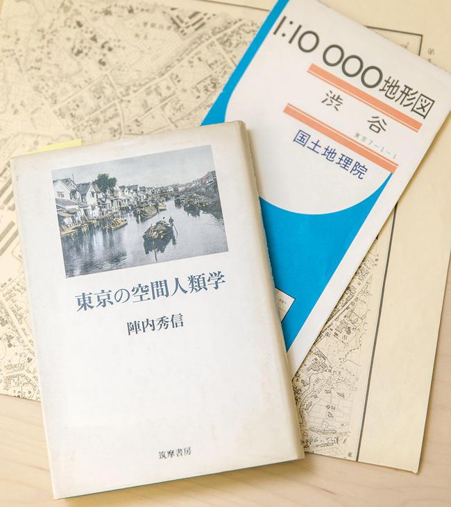 <strong>『東京の空間人類学』 / 陣内秀信</strong><br />東京という都市空間を深層から探り、現在の東京の街並みが江戸時代の都市形成と有機的に繋がっていることを明快に解読。野原氏は関西から上京した後にこの著書と出会い、週末ともなると、古地図を携えて夢中で街歩きをしたという。