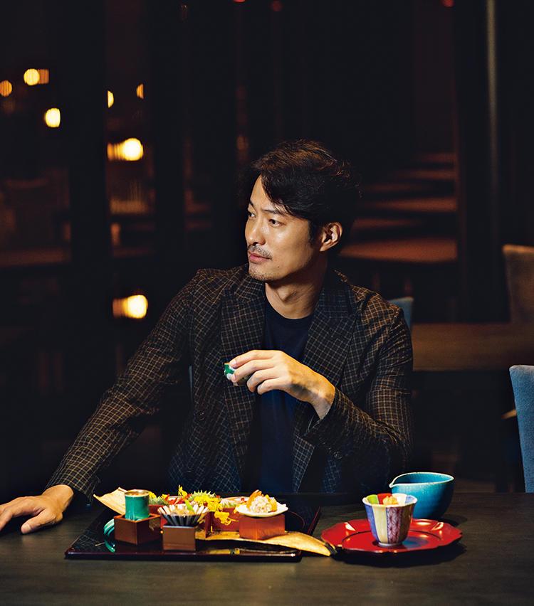 <strong>at Dining</strong>「見て楽しい会席の口福時間」<br>チョウザメのほか、ハタやアワビなど、台湾でも人気の高級食材を巧みに用いたメニューが特別なディナーを盛り立てる。有田焼や九谷焼など美しい器使いも必見。 ジャケット28万9000円、ニット6万円/以上ブリオーニ(ブリオーニ ジャパン)