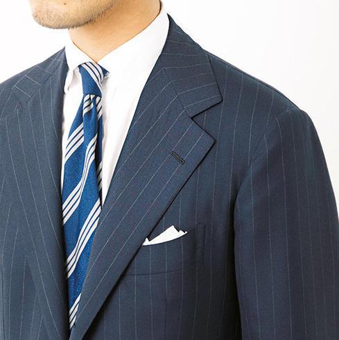 <strong>襟のノボリが抜群に美しい</strong><br>テーラーの技術が如実に表れる襟のノボリ。チッチオはここが抜群です。襟がしっかりノボると、上着が首に乗るような形になり、着心地も軽くなるそう。
