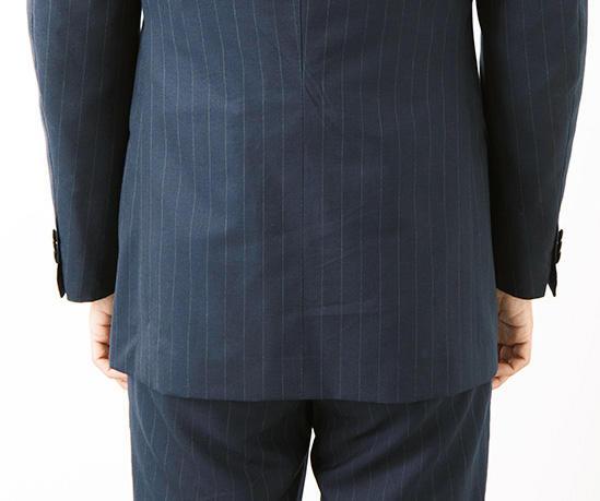 <strong>エレガントなノーベント</strong><br>テーラーの技術が如実に表れる襟のノボリ。チッチオはここが抜群です。襟がしっかりノボると、上着が首に乗るような形になり、着心地も軽くなるそう。