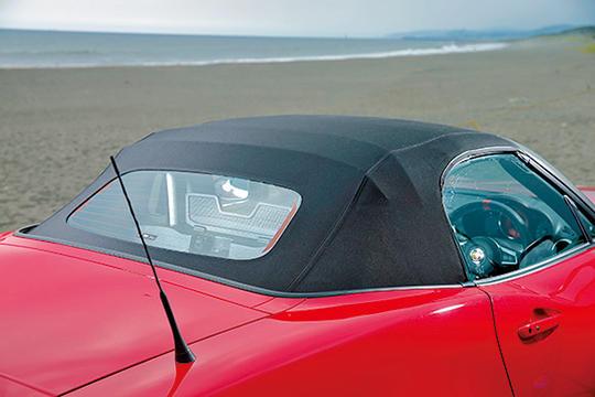 軽さが命のスポーツモデルだけに、幌は主流の電動格納式ではなく、手動式。といっても操作は簡単で格納時間はむしろ電動よりもはるかに短い。幌を閉じた姿が美しいのも、イタリアデザインの大きな美点といえる。