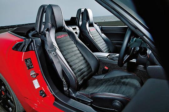 2座のためややタイトではあるが、足下のスペースなどは十分。ホールド性の高いスポーツシートも大きな特徴。