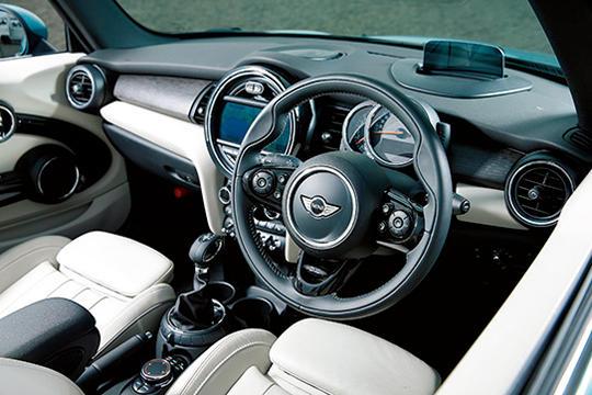 大きな円をモチーフにしたパネルなど、伝統のデザインを守り続けるミニ。車内は非常にシンプルで大人なテイスト。