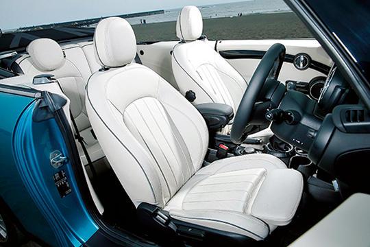 後席の足下はやや狭めだが、2人+荷物や3人までなら問題なくこなせる。
