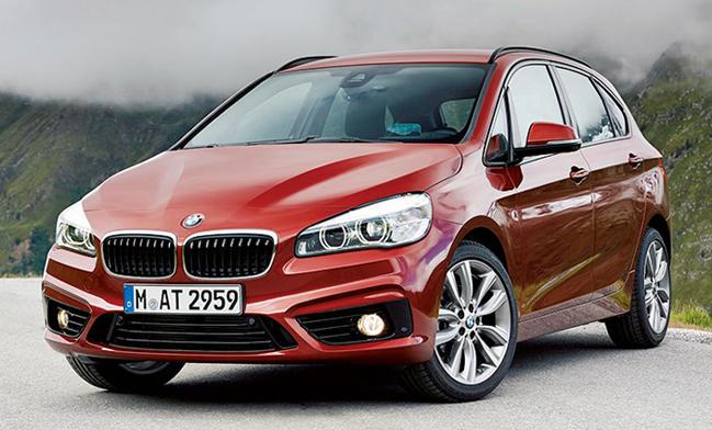 <strong>BMW 2 SERIES ACTIVE TOURER<br />363万円〜541万円</strong><br />アクティブ志向のユーザー向けに作られたコンパクトモデル。1.5リットルガソリンエンジンや2リットルディーゼルのほかPHVモデルも用意されている。遊びのギアが詰め込める468リットルのラゲージ容量も魅力。(BMWカスタマー・インタラクション・センター)