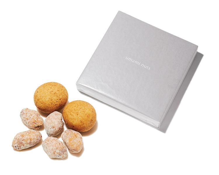 <font size='4'><b>食べやすい一口サイズで几帳面さを印象づける</b></font><br /><br /><b>ウマミ ナッツのギフト缶 縁</b><hr style='margin-bottom: 20px'>昨年、丸の内に開店した鹿児島の大阪屋製菓が手がけるプレミアム豆菓子。アーモンドとシチリア産レモン、伊産ポルチーニとマカダミアナッツという意外な組み合わせが人気だ。30袋入り。5000円(ウマミナッツ)