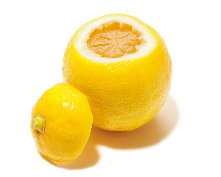 <font size='4'><b>喉越し滑らかなゼリーで爽やかさを印象づける</b></font><br /><br /><b>サン・フルーツのフレッシュゼリー(レモン)</b><hr style='margin-bottom: 20px'>「レモンが丸ごと器になったフルーツゼリー。仕事の合間にいただくのにちょうどいいサイズ感ですし、見た目の可愛らしさも◎。清涼感がありサッパリいただけるゼリーは、これからの時季にぴったり。レモンのようなフレッシュで爽やかな印象を与えられるでしょう」