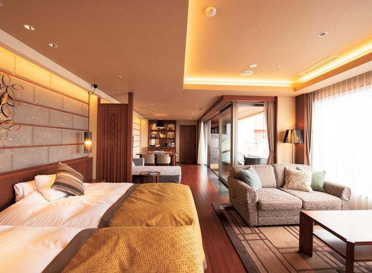 部屋にモール温泉露天風呂が付いた「プレミアム・スパスイート」。周りを気にせず、ゆっくりと癒しの時間を。1室7万8000円(最大4名利用)。