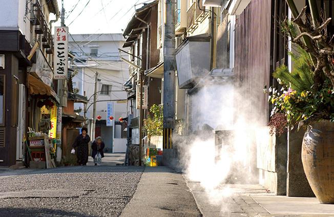 別府八湯と呼ばれるように、8ヶ所の温泉郷を持ち、日本一の温泉地と名高い、別府市。中でも鉄輪温泉は湯煙の景観で有名。