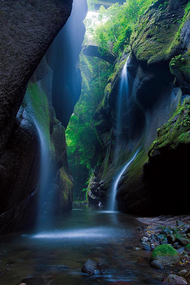 <strong>at 由布川峡谷</strong><br/>写真の川辺に降りる入り口は、現在通行止め(2020年夏頃再開通予定)だが、約60mにまでのぼる高さの滝が幾つも続く神秘的な自然が残る。