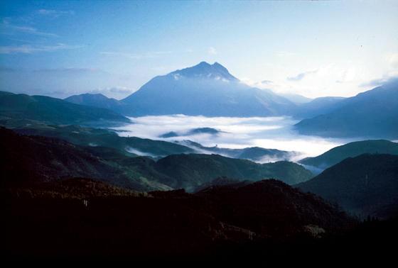<strong>at 由布岳の展望スポット</strong><br/>季節、時間ごとに様々な美しさを見せてくれる由布岳。由布院盆地を一望できる「蛇越展望台」は朝霧が見られる(諸条件による)有名なポイント。