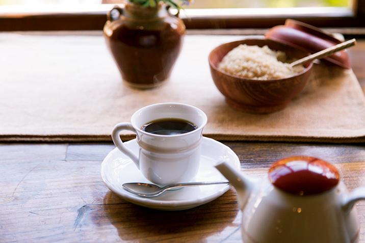 江戸末期の造り酒屋を移築した「天井棧敷」で丁寧に淹れられた珈琲と音楽を楽しみたい。