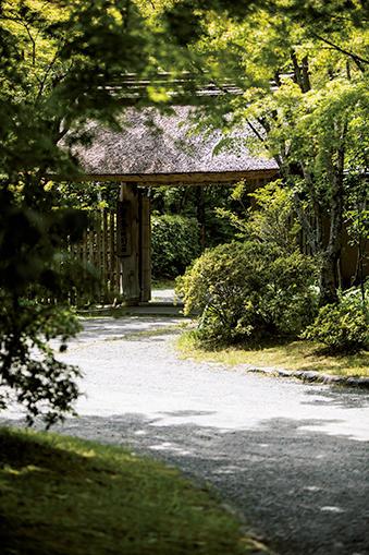 茅葺き屋根の門構えが情緒たっぷりの亀の井別荘の旅館入口。
