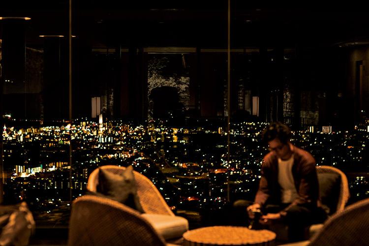 ホテルロビーからのダイナミックな夜景。