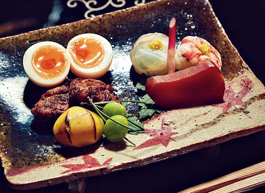 鯛と車エビの菊花寿司、からすみ、うずらの山椒焼き、栗、銀杏などで構成された八寸。秘伝の味付けを施した半熟卵は瓢亭の名物として名高い。