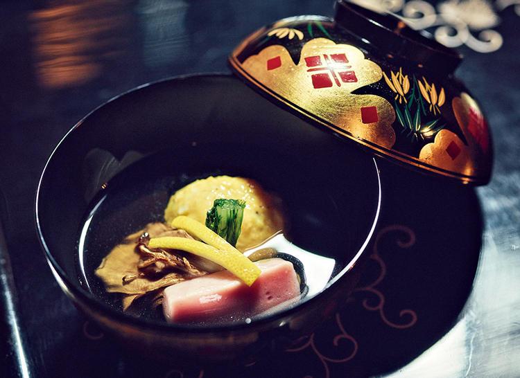 ワタリガニのしんじょう、焼き舞茸、南禅寺麸のお椀。マグロ節と昆布でとった出汁の豊かな風味は、まさに絶品。