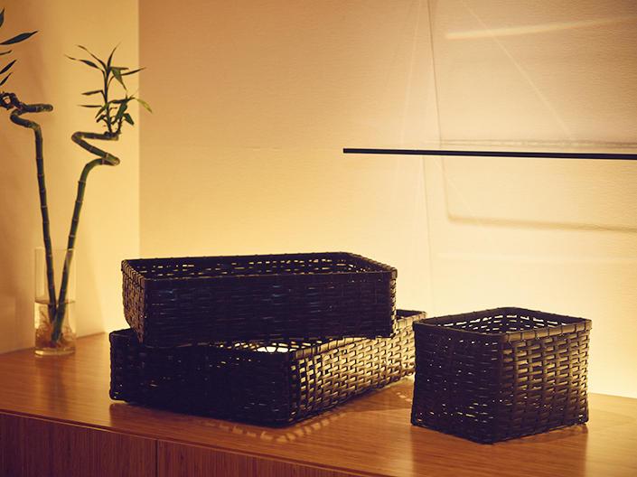 ほかにも染料を使い艶感のある黒い籠(1万4000円〜)など、スタイリッシュな竹製品が店頭に並んでいる。