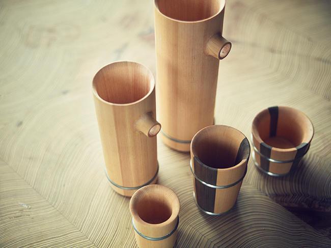 木桶づくりの技術を活かした酒器の数々。タガ部分をサンドブラスト加工することで、マットで落ち着いた質感に仕上げている。木製ゆえにどの酒器にも水滴が付きにくく、杉独特の香りを堪能できるのも魅力。