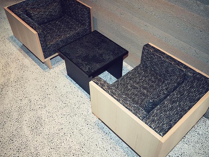 世界初となる、西陣織による新素材を取り入れたテーブルやHOSOOの生地を使ったチェア(53万円〜)など、ラウンジエリアの家具も見逃せない。
