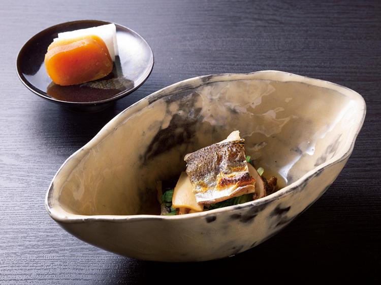 <figcaption>左上:「からすみ大根」 右:「かますの一夜干し、松茸と京水菜のおひたし」</figcaption><br/><p>高杯に盛り付けたからすみと、粉引きの舟形鉢にかますの一夜干。</p>