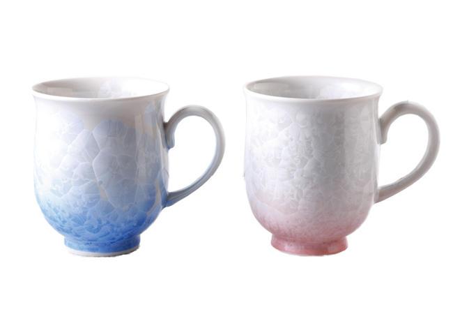 <p><strong>きらきらと輝く結晶が食卓を華やかに演出</strong><br/>釉薬が溶けて冷却する過程で器の表面に花が咲いたような結晶となって、浮き出る花結晶の文様。こちらも全て1点もので陶葊窯による作。花結晶マグカップ4000円。</p>