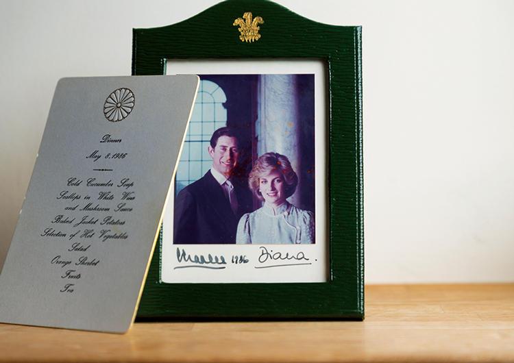 チャールズ皇太子&故ダイアナ妃が京都に訪れた際の食事を担当。後日、2人から感謝の気持ちとして送られてきたサイン入り写真と、コースメニュー。