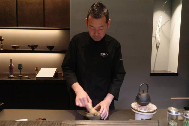 <strong>平安時代</strong></br>平安時代には、中国から中国茶道が伝わった。春菊のパウダーで「お茶」を点て、鮎の頭や骨から取った出汁を加えて注ぐ。