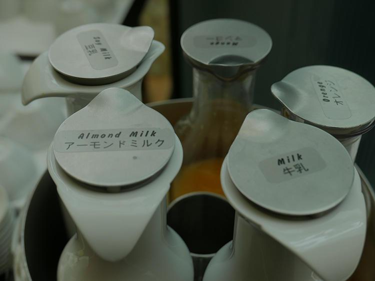 ミルクだけでもこんなにある。おすすめはアーモンドミルク。
